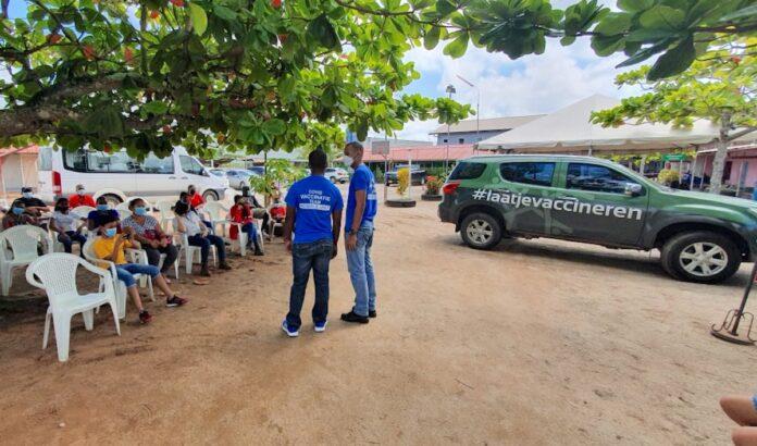 Mobiele Unit van COVID Vaccinatie Team kris kras door Suriname