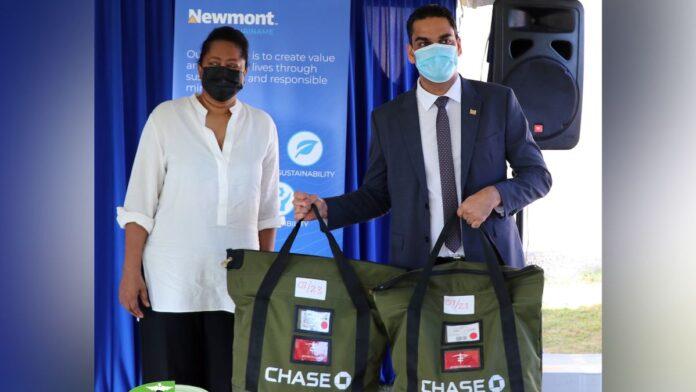 Ziekenhuizen ontvangen medische benodigdheden van Newmont Suriname