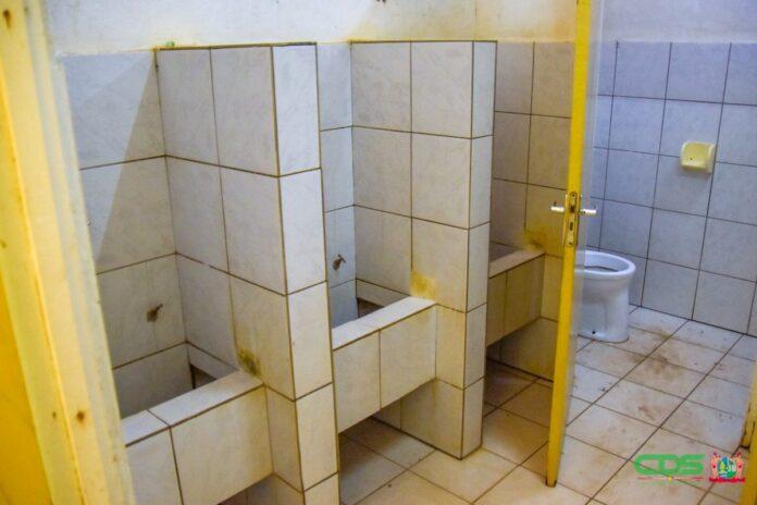 Toilet scholen Albina worden gerenoveerd door Nationaal Leger