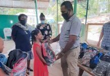 Wanica en Para ontvangen schoolpakketten van AW&J