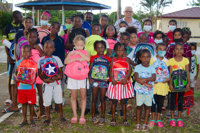 1 voor 12 voorziet 80 jongeren van schooltas