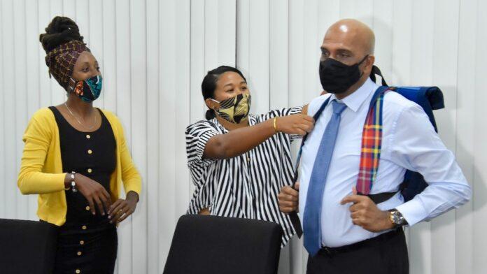 Overdracht schooltassen vrouwelijke ondernemers aan de Staat
