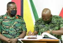 Topoverleg tussen de legerbevelhebbers van Suriname en Guyana