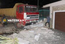 Truck knalt tegen schutting van woning na klapband