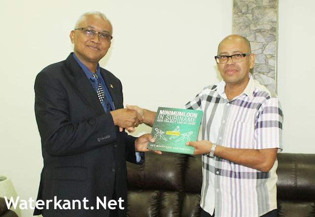 Boek over minimumloon in Suriname